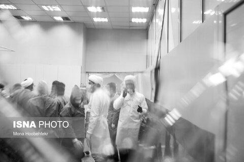 به دلیل بالا رفتن آمار مرگ ناشی از بیماری کرونا، تعدادی از روحانیون در قالب گروه های جهادی در تغسیل اموات به کارکنان غسالخانه بهشت زهرا کمک میکنند.