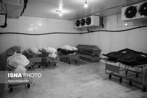 پیش از انجام غسل میت اجساد در سردخانه نگهداری میشوند.