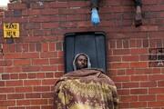 عکس | قرنطینه فقیرانه مردم آفریقا در سطل زباله