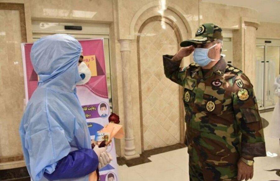 عکس | احترام نظامی فرمانده ارشد ارتش به پرستار بخش کرونا
