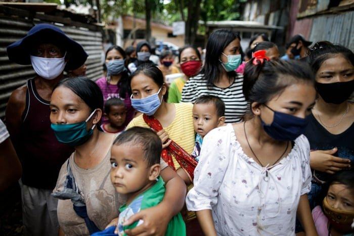 ساکنان مناطق فقیرنشین جاکارتا در صف غذای رایگان