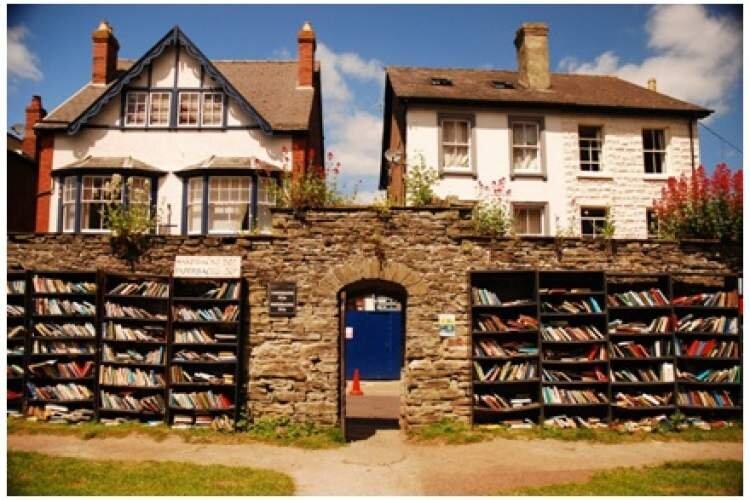 کتابفروشی روستای ولز