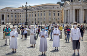 دعا خواندن مردم در واتیکان با ماسک و رعایت فاصله اجتماعی