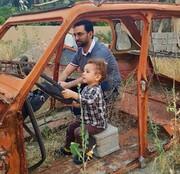 عکس |آذری جهرمی و فرزندش سوار بر ماشین بیبوق و بیصندلی!