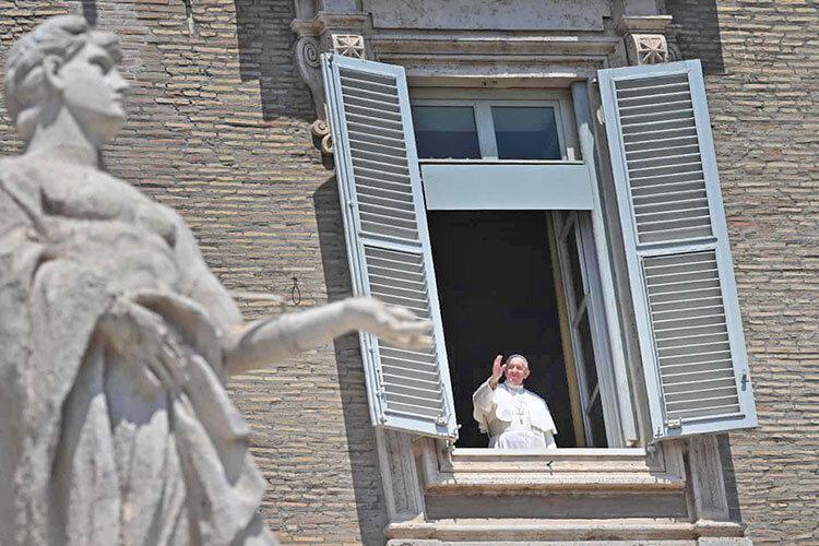 دعا خواندن پاپ در واتيكان با حضور مردم