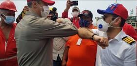 تصویر مقامات ونزوئلایی و سفیر ایران در کنار نفتکش «فورچون»