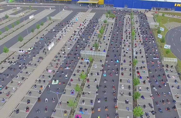 عکس روز | پارکینگ ایکیا میزبان نماز عید فطر مسلمانان آلمان