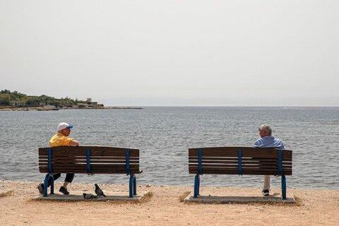 گفتوگو با حفظ فاصله در سواحل يونان