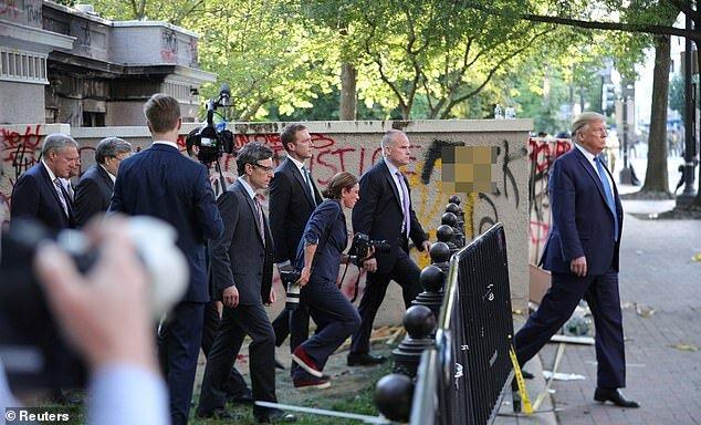 ترامپ در خیابان نزدیک کاخ سفید