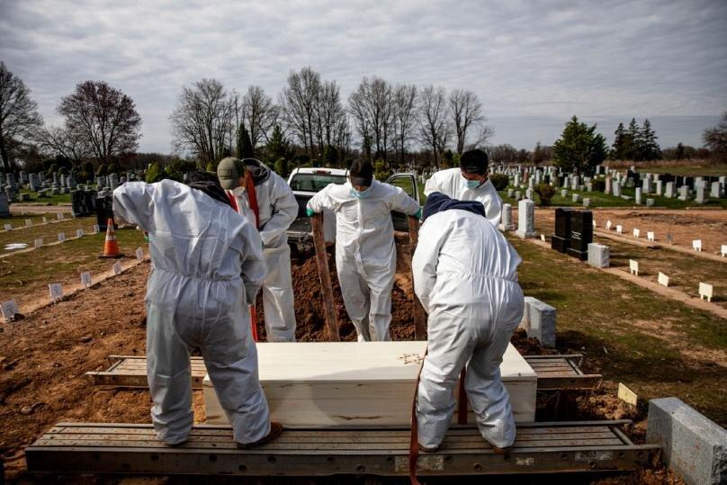 تدفین درگذشتگان در اثر ابتلا به ویروس کرونا در نیویورکAP Photo