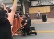 فیلم | وقتی پلیس مقابل تظاهرکنندگان زانو میزند