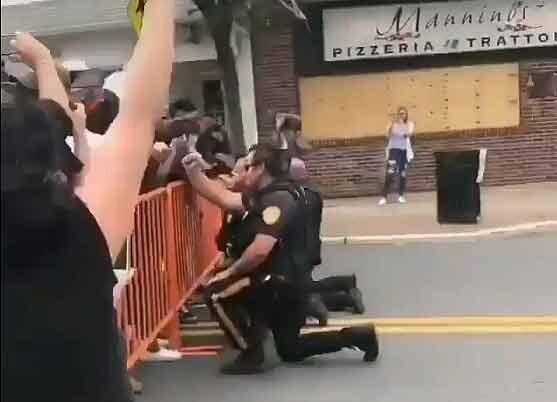 پلیس زانو آمریکا