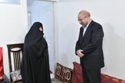 فیلم | دیدار قالیباف با خانواده شهید جواد الله کرم  | مادر شهید به رئیس مجلس چه گفت؟