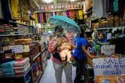 عکس روز | خرید زیر حفاظ پلاستیکی