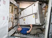 جدیدترین ویدئو از فعالیت فضانوردان ایستگاه فضایی |  نصب قطعات بزرگ آزمایشگاهی در فضا