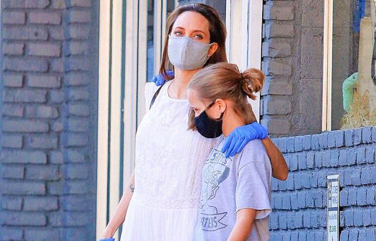 آنجلينا جولي با ماسك