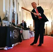 عکس | حرکت نمایشی دونالد ترامپ در کاخ سفید