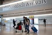 انگلستان قانون قرنطینه را برای ۵۰ کشور لغو میکند