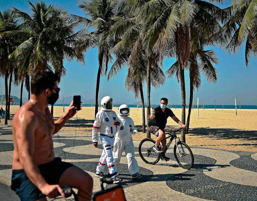 عکس روز| با لباس محافظ در ساحل ریو