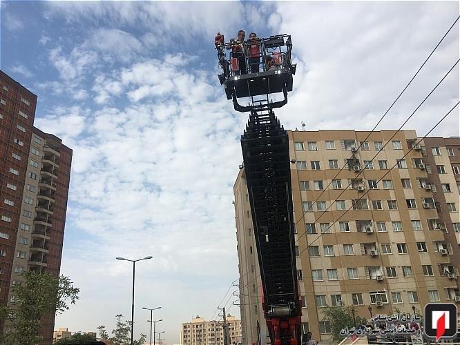 عمليات نجات ساکنان يك مجتمع مسکونی در تهران