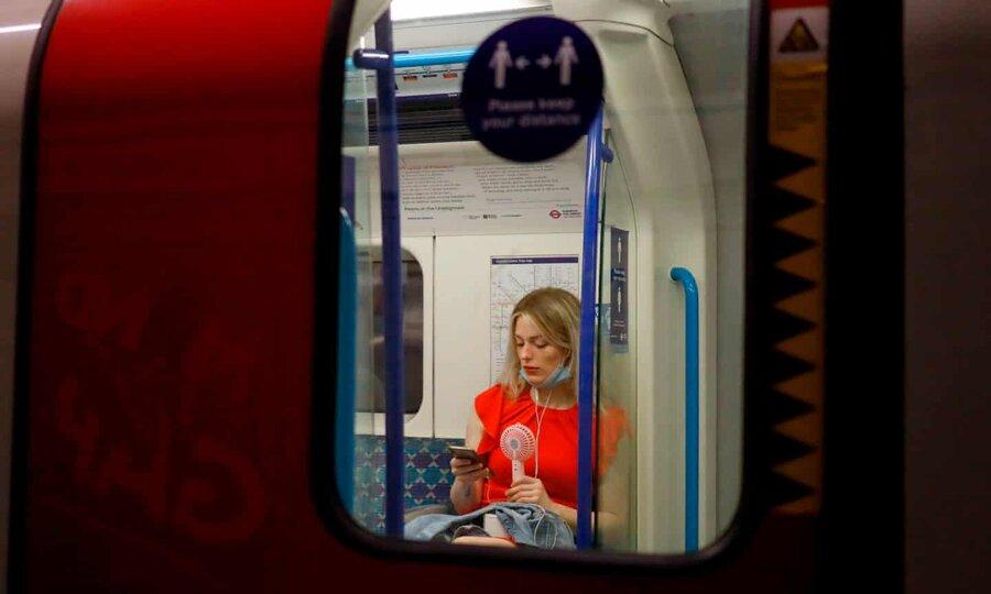عکس روز | با پنکه در مترو
