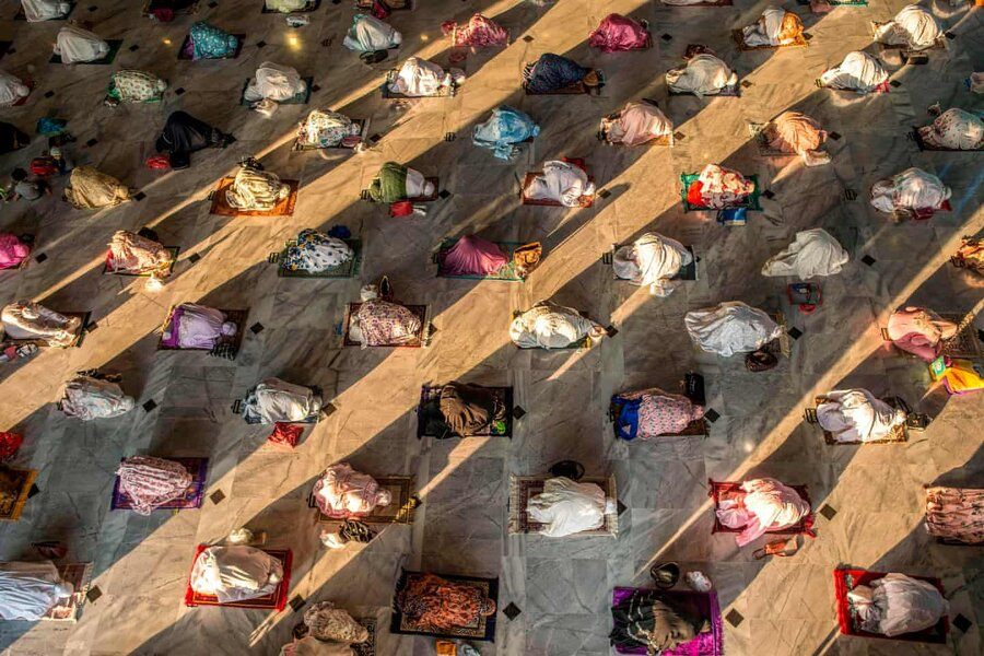 عکس روز | نماز عید قربان با فاصلهگیری فیزیکی