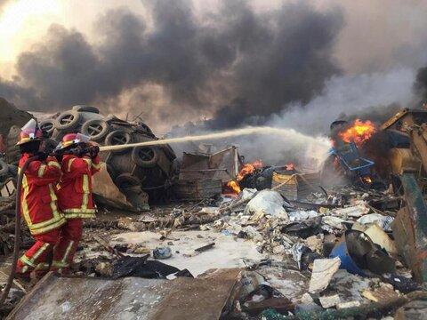آتشنشانان در بندر بیروت در حال خاموش کردن آتش به جا مانده از انفجار در بیروت
