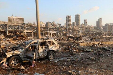 خودروی ویران شده و آوار ناشی از انفجار در بیروت