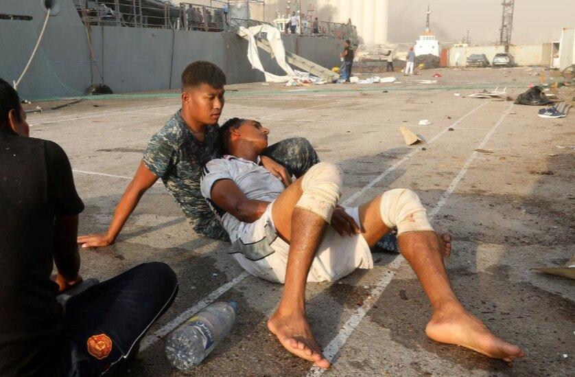 مرد زخمی در نزدیکی محوطه انفجار بیروت