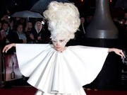لیدی گاگا | تصاویری از لباسهای عجیب و متفاوت خوانندهای که ۴ رکورد گینس دارد