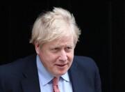 عکس | نمایی جالب از ورود بوریس جانسون به ساختمان وزارت خارجه بریتانیا