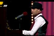 ویدئو   آوازخوانی و نوازندگی پراحساسِ شرکتکننده نابینای عصر جدید