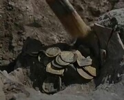 ویدئو | لحظه کشف کوزه پر از سکههای طلای هزار ساله