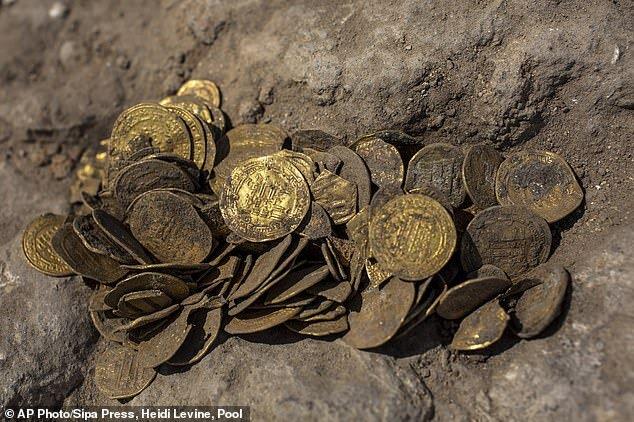 4485821 - تصاویر | کشف ۴۲۵ سکه طلا در فلسطین