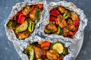 طرز تهیه فویلپک مرغ و سبزیجات؛ وعده غذایی خوشطعم و کمکالری که در ۳۰ دقیقه آماده میشود