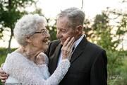 عکسهای عاشقانه زوج ۸۸ و ۸۱ ساله با لباس روز عروسی در شصتمین سالگرد ازدواجشان