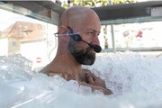 مرد اتریشی رکورد ماندن در جعبه پر از یخ را شکست
