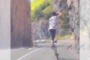 ویدئو   حرکات آکروبات یک دوچرخهسوار در جاده چالوس