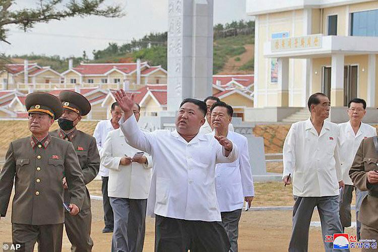 بازديد رهبر كره شمالي از دهكده بازسازيشده
