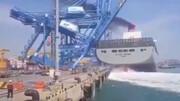 لحظه در هم شکستن جرثقیل ۵۵ متری در اسپانیا بعد از برخورد بزرگترین کشتی کانتینری دنیا با آن