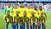 فیلم | اتفاق عجیب در تمرینات تیم ملی بانوان برزیل؛ نشستن طوطی روی سر یک بازیکن