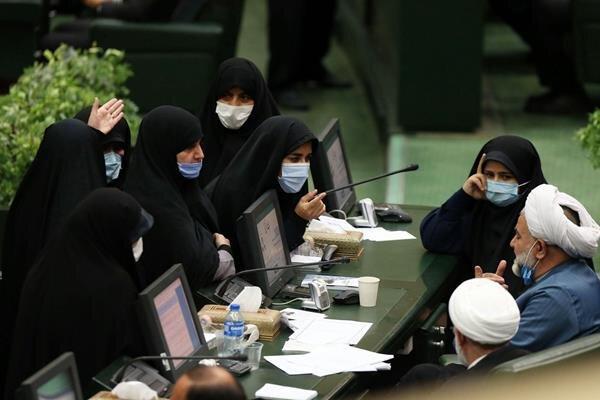 حسن نوروزی عضو کمیسیون حقوقی و قضایی در حال گفتوگو با نمایندگان زن مجلس