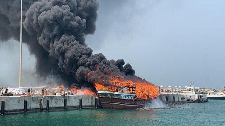 آتش سوزی لنج در خلیج فارس