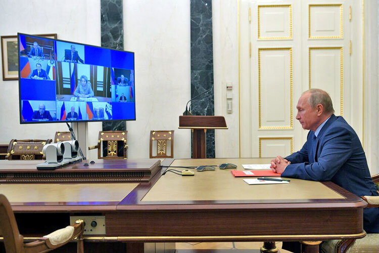 ولاديمير پوتين در دفتر كار خانگي