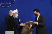 عکس | لحظه اهدای هدیه توسط رئیس جمهور به آذری جهرمی
