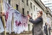 نمایش رختهای خونین در اعتراض به جنگ