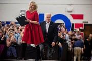 تصاویر | استایل کلاسیک جیل بایدن همسر رقیب ترامپ | لباس او را در مناظره انتخاباتی ببینید
