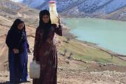 زنانی که برای نوشیدن آب سالم کولبری آب میکنند