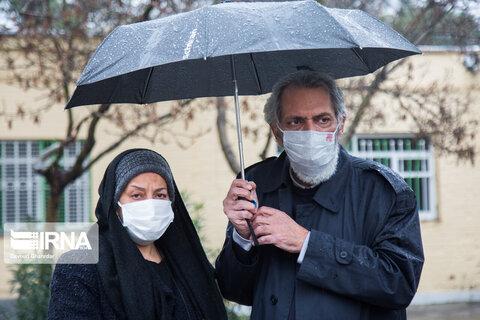 فرخ نعمتی و همسرش سهیلا رضوی در مراسم تشییع و خاکسپاری پیکر زندهیاد پرویز پورحسینی