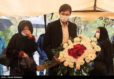 پورنگ پورحسینی فرزند زندهیاد پرویز پورحسینی در مراسم خاکسپاری